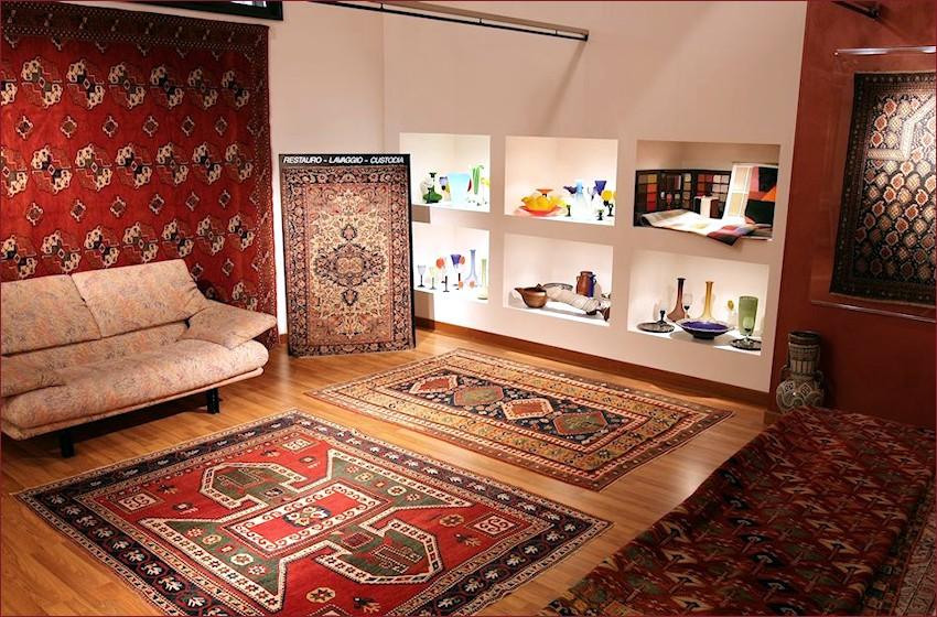 La structure. Le show room de tapis et tapestry new et vieux